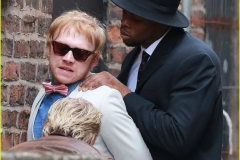 rupert-grint-suit-running-snatch-filming-04